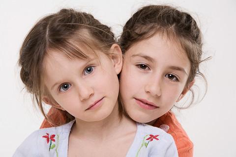 Foto di famiglia 2 bambine in studio fotografico
