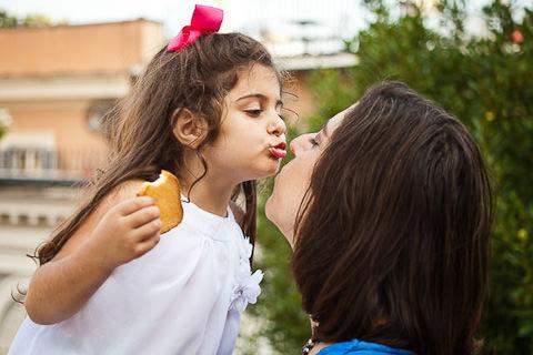 Foto di famiglia bambina bacia madre