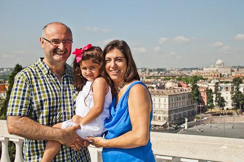 Foto di famiglia papa e mamma con bambina